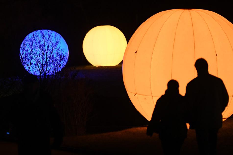 Tausende Lichterketten, riesige Leuchtfiguren und flackernde Feuer erhellen die Dunkelheit im Weihnachtsmonat.