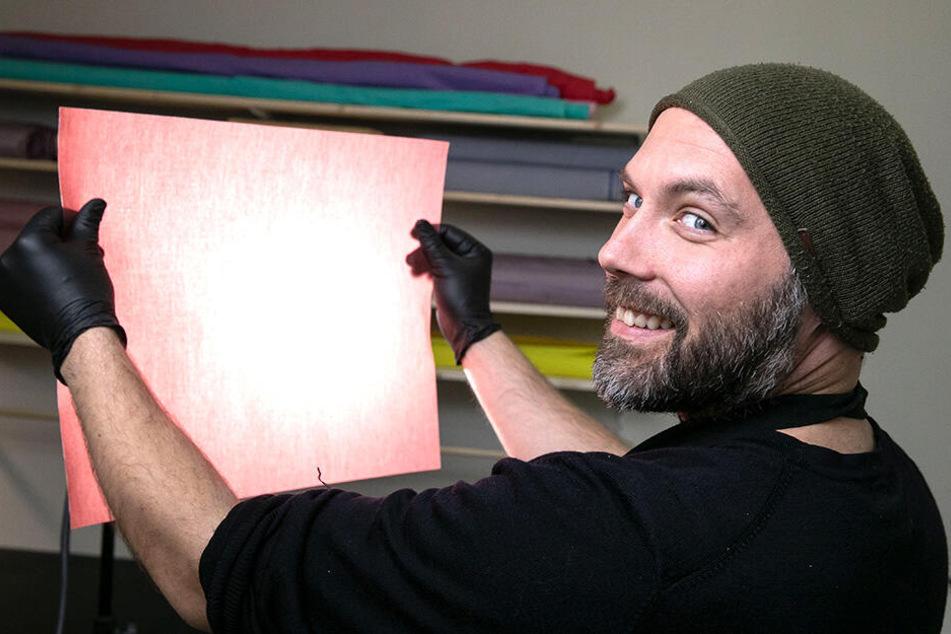 Markus Glandt (35) kontrolliert am Leuchtschirm die Qualität jedes einzelnen Bienenwachstuchs.