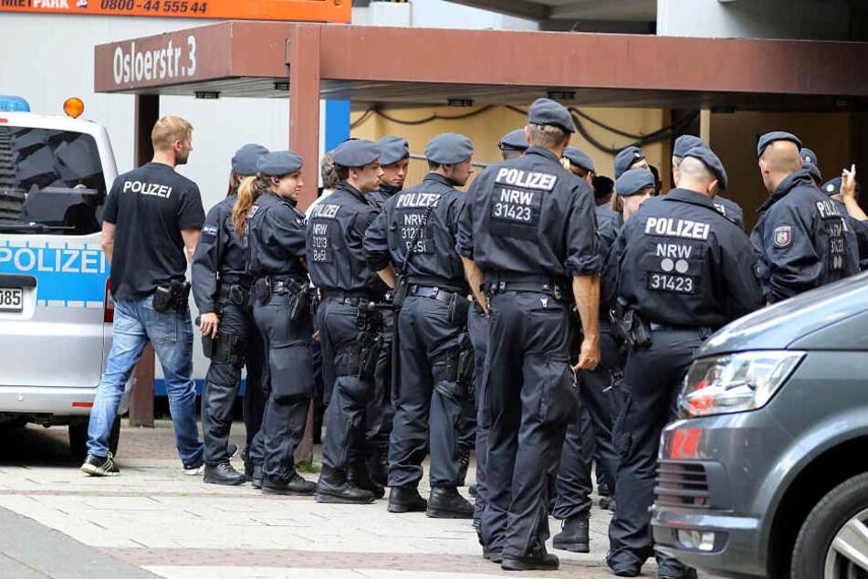 Polizisten durchsuchten das Wohnhaus des Verdächtigen in Köln-Chorweiler.