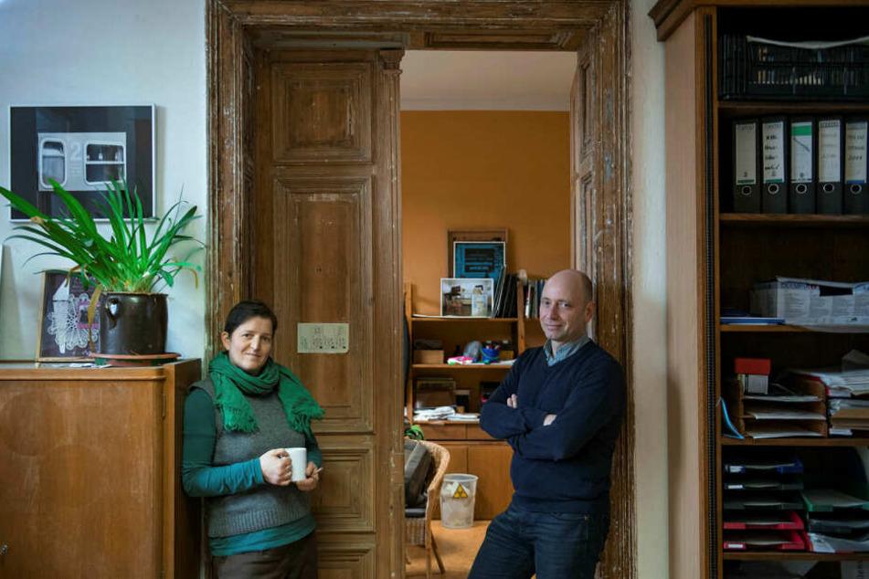 Melanie Haller und Jens Kretzschmar vom Verein Netzwerk für Demokratische Kultur stehen in ihrem Büro. Der Verein arbeitet seit 20 Jahren in Wurzen für Toleranz und Demokratie.