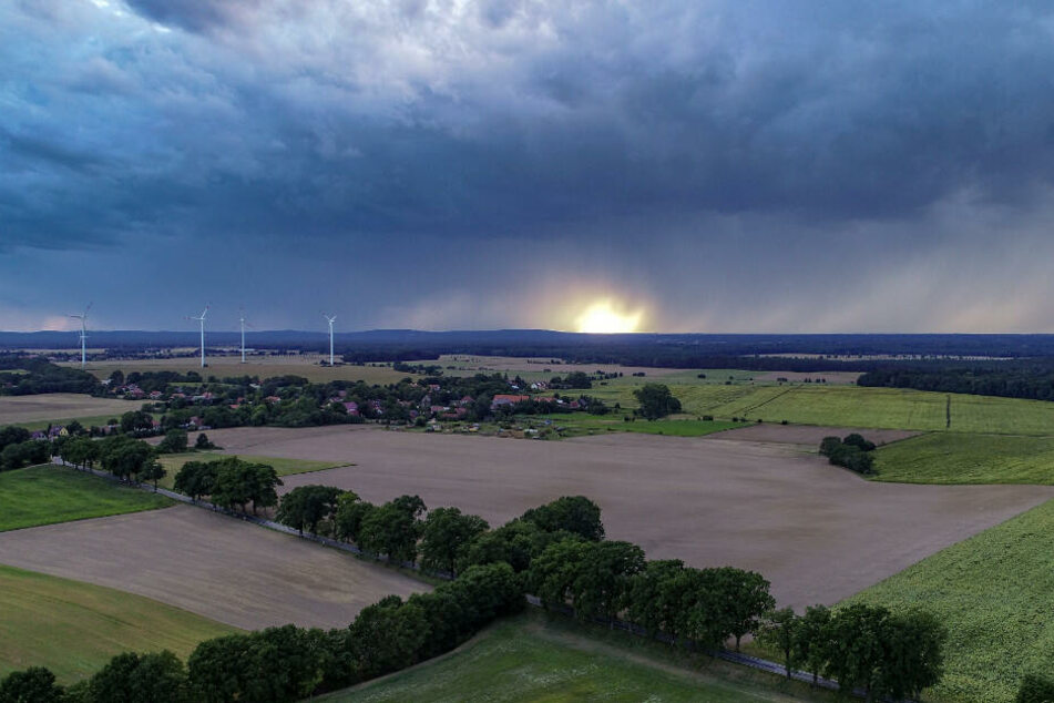 Der neue Imagefilm wirbt mit spektakulären Naturaufnahmen. Dunkel Regenwolken ziehen über die Landschaft im Landkreis Oder-Spree. (Symbolbild)