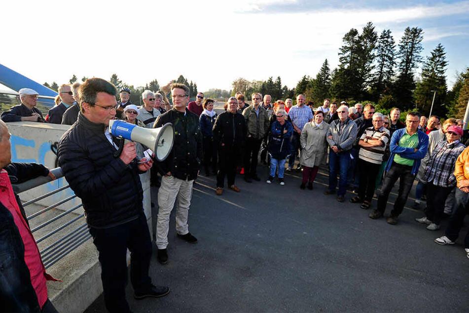 """Die Bürgerinitiativen aus Kleinolbersdorf-Altenhain und Adelsberg protestierten am """"Tag gegen Lärm"""" für eine leisere B174. Rund 170 Teilnehmer hatten sich versammelt."""