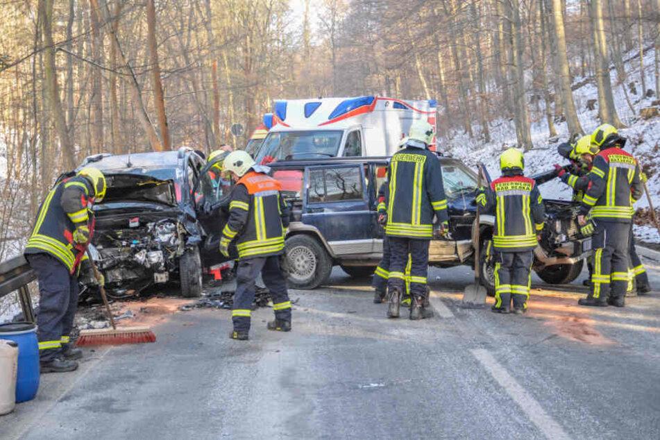 Die Feuerwehr musste bei beiden Fahrzeugen auslaufende Betriebsstoffe binden.