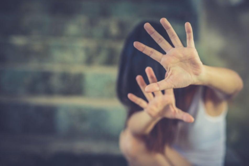 Immer wieder schlug ihr Begleiter auf die Frau ein, solange, bis sie sich nicht mehr bewegte. (Symbolbild)