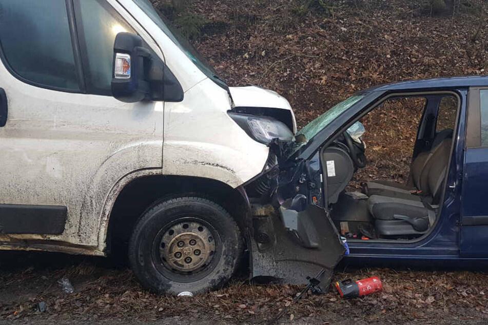 Tragischer Frontal-Crash: Fahrer aus Auto geschleudert!