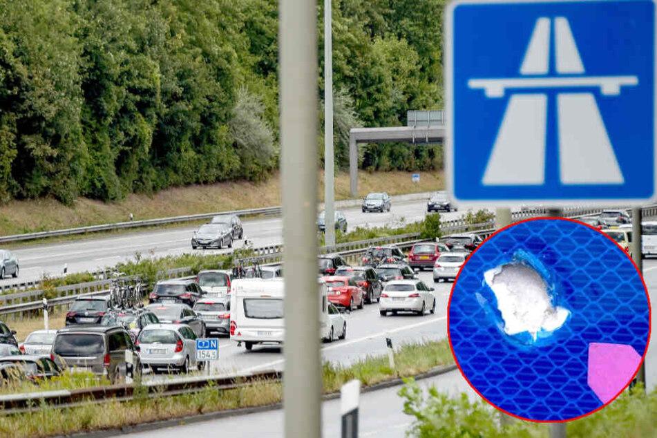 Unbekannte haben mit Geschossen Schilder auf zwei Autobahnen beschädigt.