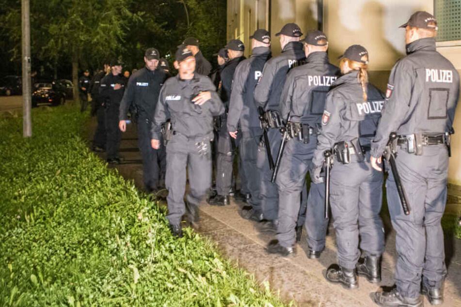 Die Einsatzkräfte der Polizei rückten zur Fahndung nach den Tätern aus.