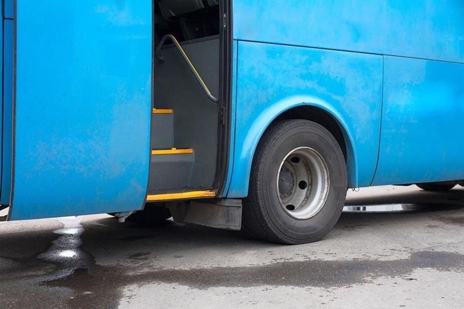 Möglicherweise erlitt der Busfahrer vor dem Unfall einen Anfall. (Symbolbild)