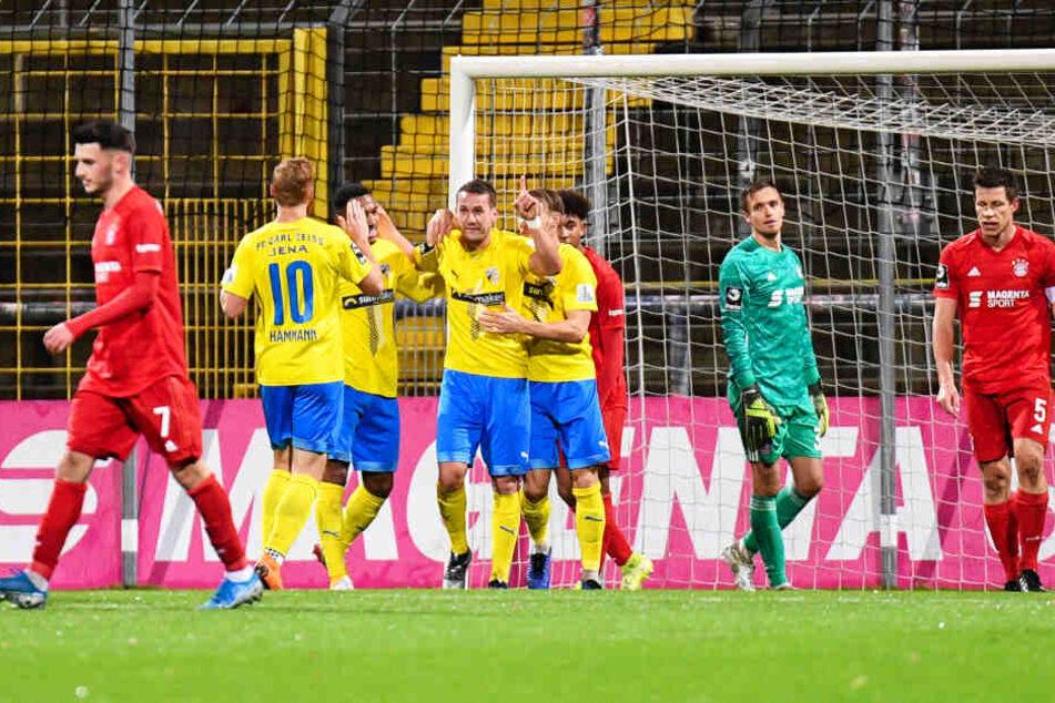 Julian Günther-Schmidt (Vierter von links) jubelt über sein Tor zum 2:1. Am Ende gewann Jena die Partie beim FC Bayern II etwas überraschend mit 3:2.