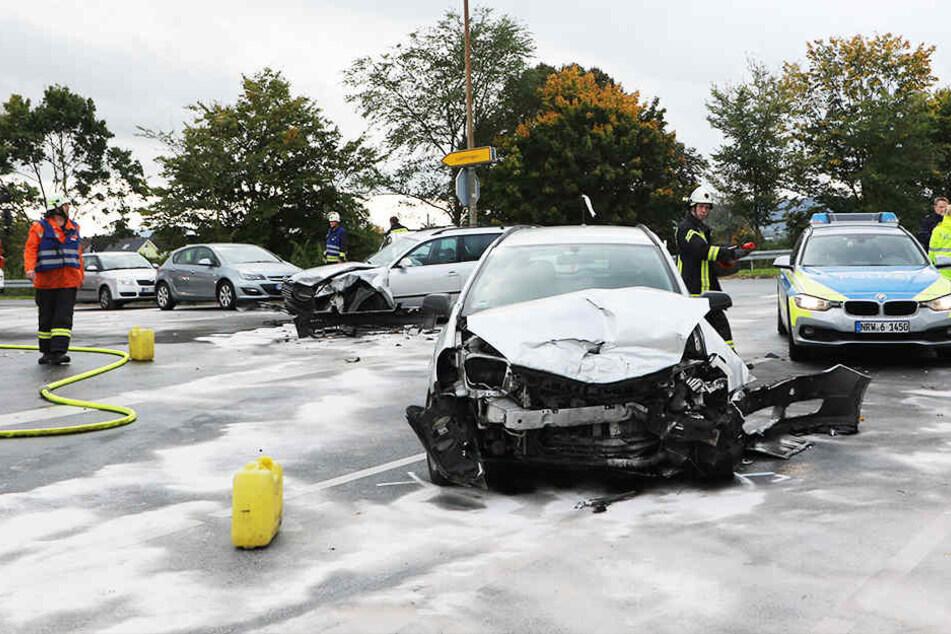Zwei Autos mussten nach dem Crash abgeschleppt werden.