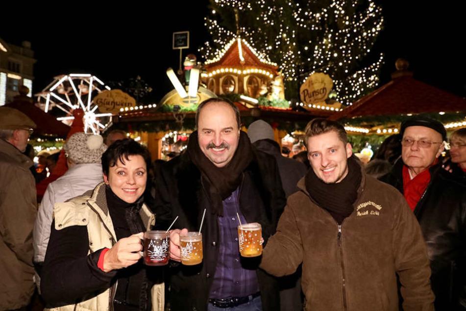 Johann Lafer (59, Mitte) ließ sich auf dem Striezelmarkt einen Glühwein schmecken.