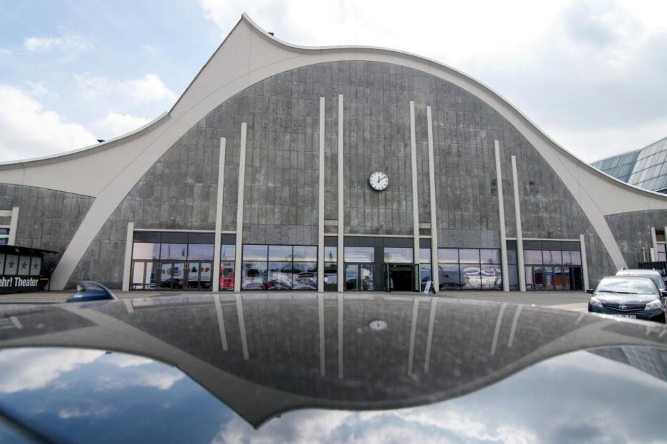 """Das """"Mehr! Theater am Hamburger Großmarkt, das sich hier im Dach eines Autos spiegelt hat aktuell die Drum-Show STOMP im Programm."""