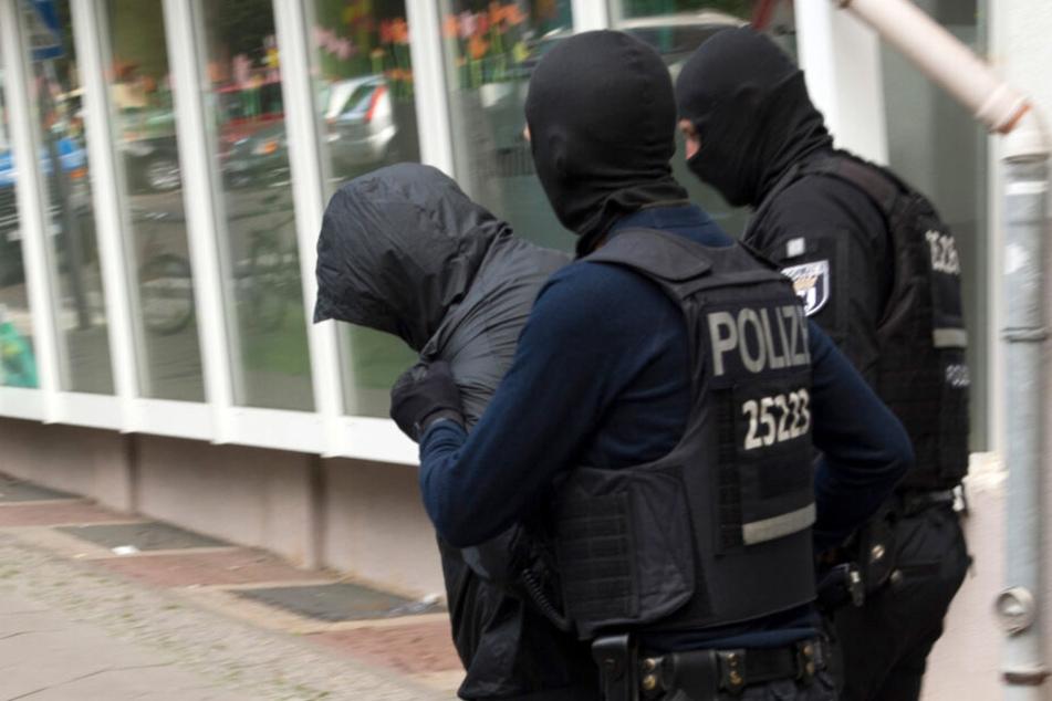 Kampf gegen Clan-Kriminalität zeigt Wirkung: Polizeibeamte führen einen Mann ab. (Archivbild)