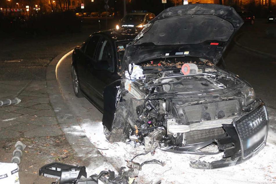Der Audi erlitt frontal erhebliche Schäden.