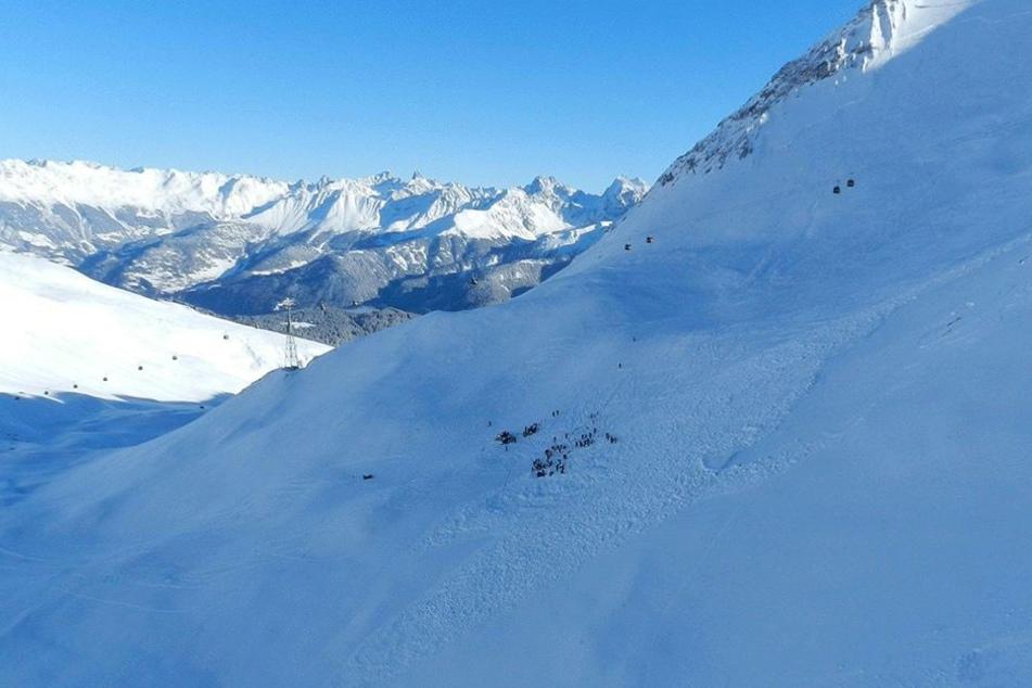 Rettungskräfte arbeiten am 13. Dezember  nach einem Lawinenabgang im freien Skiraum am Pezid in Serfaus (Österreich).