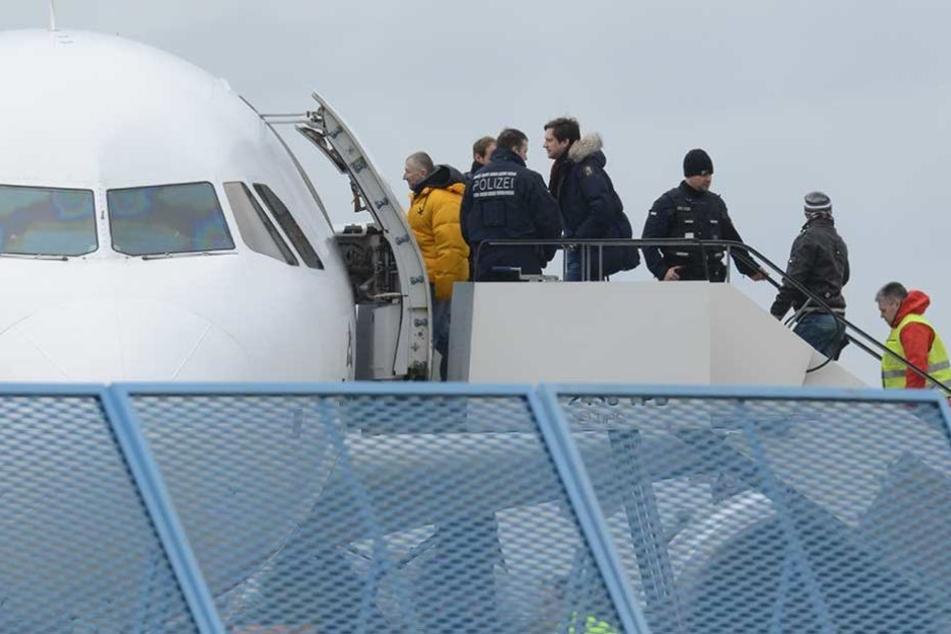 Abgelehnte Asylbewerber werden in ein Flugzeug gebracht, das sie in ihre Heimatländer zurückfliegt (Archivfoto).