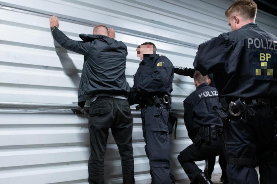 Zwei Männer schlendern durch Bahnhof und werden verhaftet