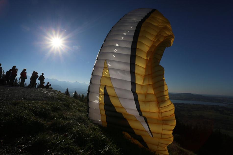 Der Paraglider verfehlte die Landewiese. (Symbolbild)