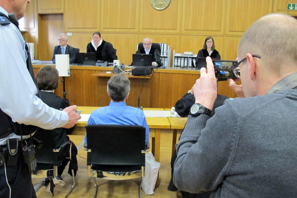 Der Angeklagter in dem Gerichtssaal in Heilbronn.