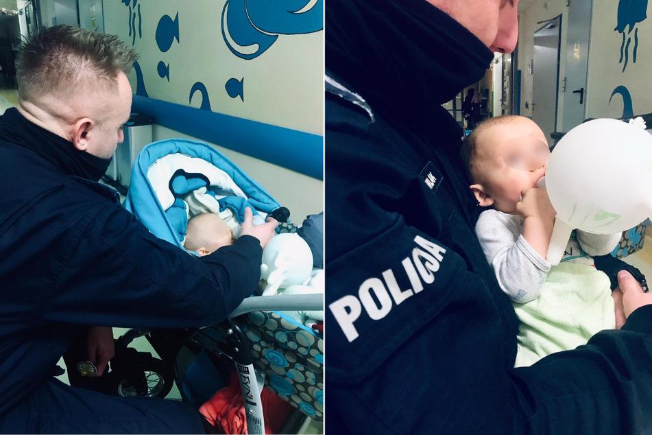 Polizeibeamte kümmern sich um das verlassene Kind.