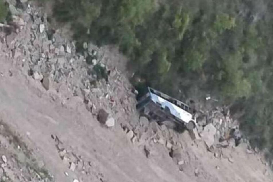 Der Bus stürzte 60 Meter in die Tiefe.