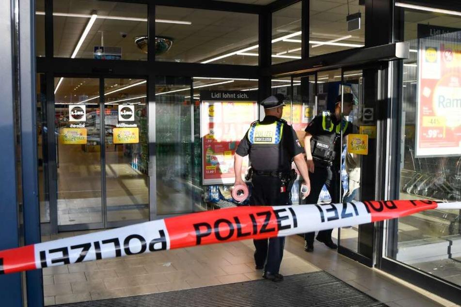 Polizisten riegelten den Supermarkt ab.