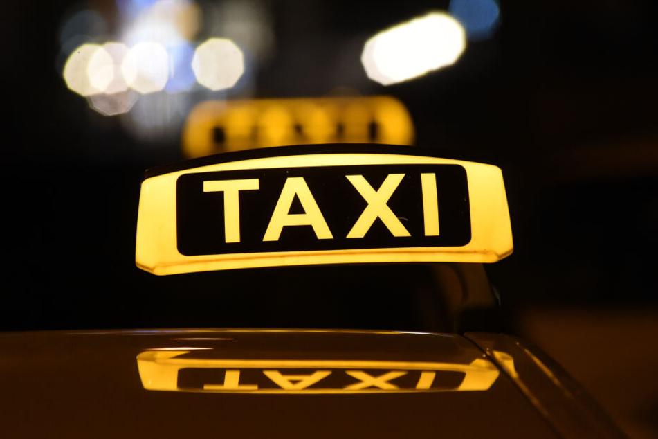 Das Taxi an der Münchner Freiheit erfasste den Mann frontal und verletzte ihn tödlich. (Symbolbild)