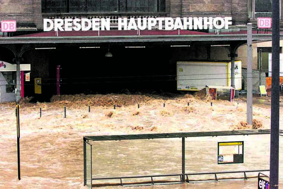 Im August 2002 flutete die Weißeritz den Dresdner Hauptbahnhof. Das soll  durch den Flutschutz verhindert werden.