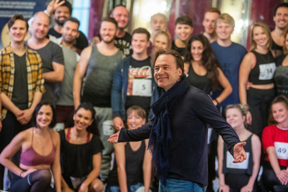 """Michael Bully Herbig (M), Schauspieler und Regisseur, trifft im Silbersaal des Deutschen Theaters auf die Tänzer für das Musical """"Der Schuh des Manitu""""."""