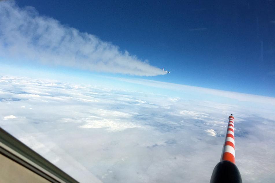 Voraus fliegt der DLR-Flieger, die NASA-Maschine fliegt durch den Kondensstreifen.