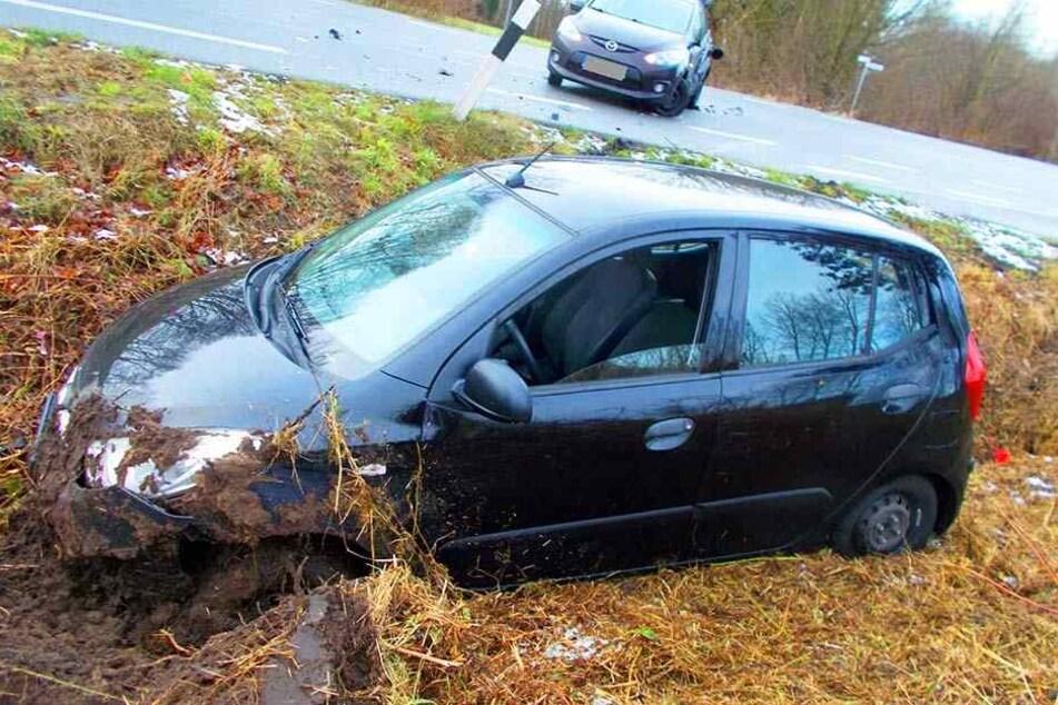Das Auto der 38-jährigen Frau aus Wagenfeld wurde durch den Zusammenstoß in den Graben geschleudert.