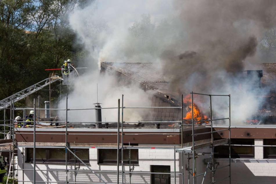 Die Feuerwehr kämpfte gegen die Flammen.