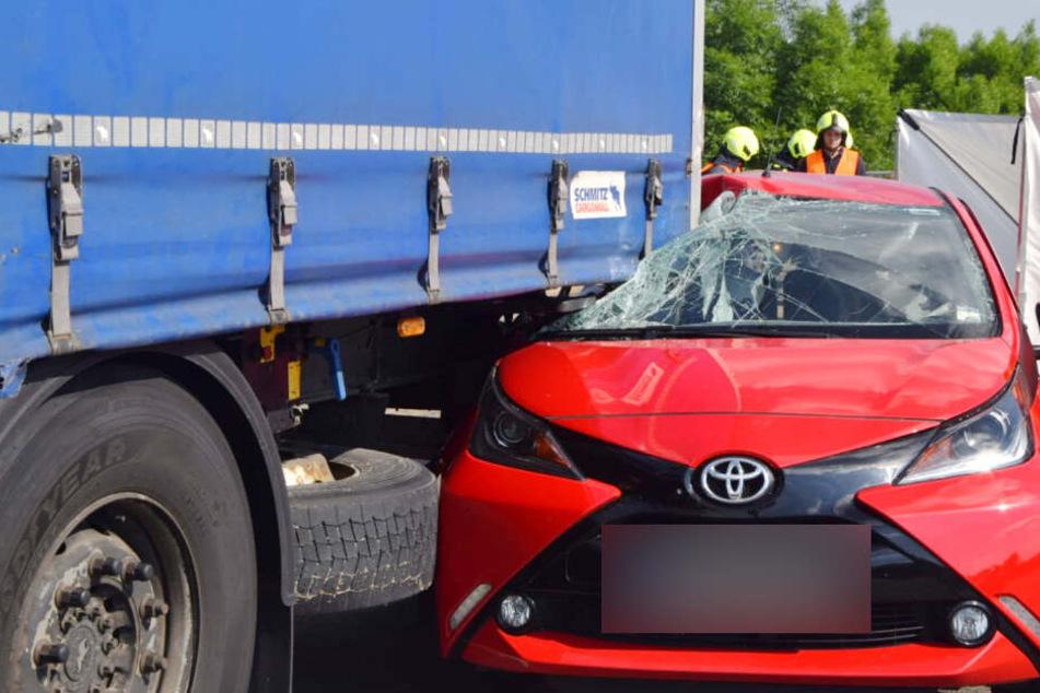 Der Toyota wurde teilweise unter den Anhänger des Lasters geschoben.