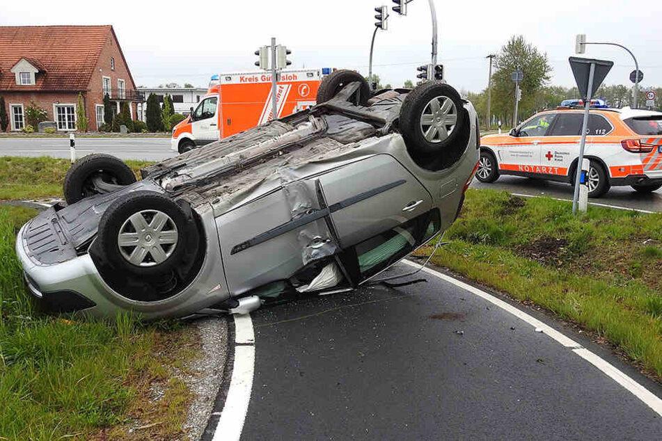 Der Renault blieb nach dem Zusammenstoß auf dem Dach liegen.