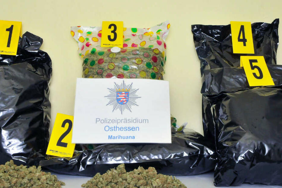 18 Kilogramm Marihuana im Wert von mehr als 180.000 Euro wurden bei den Verdächtigen gefunden.