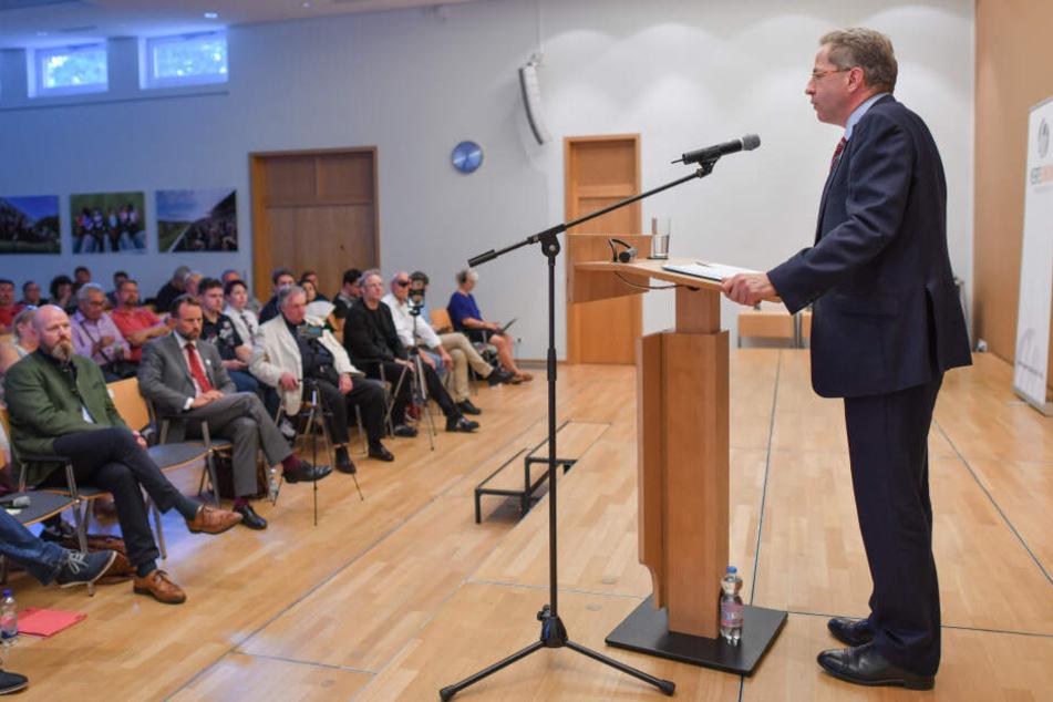 Hans-Georg Maaßen bei einem Auftritt der Werteunion, ein rechten Flügel der CDU. Hier ist sein neuer Arbeitgeber Ralf Höcker Pressesprecher.