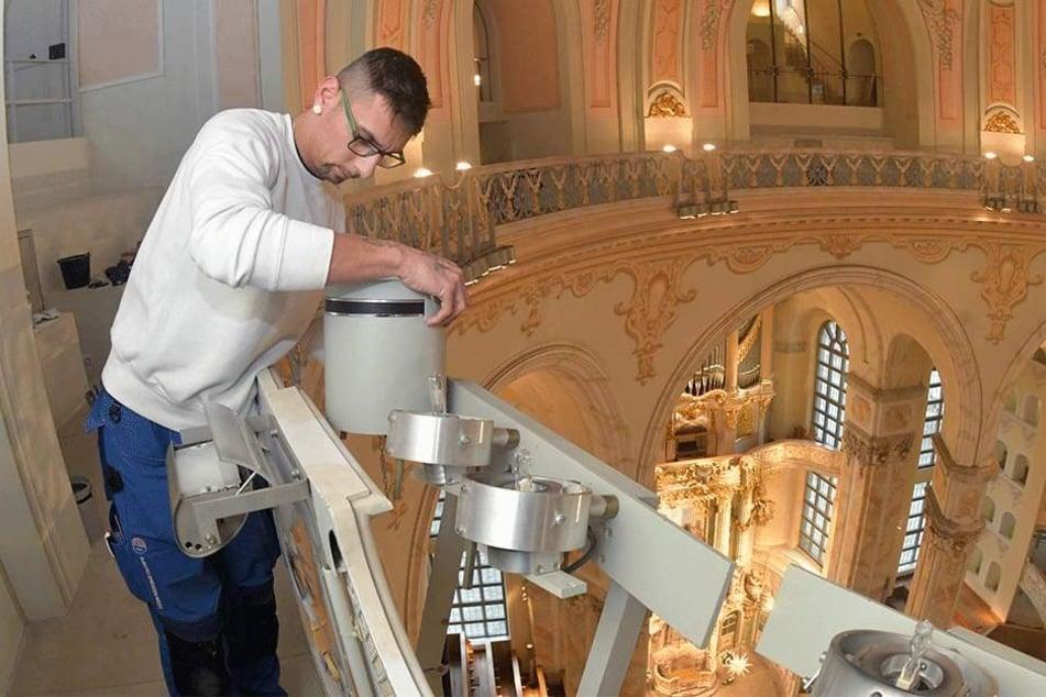 Elektroniker Robert Schwede (32) tauscht kaputte Lampen aus und reinigt die Strahler.