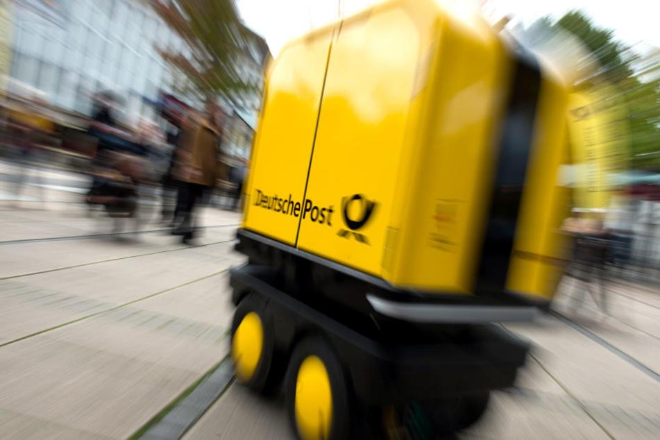 """Der Roboter """"PostBOT"""" folgt Zustellern automatisch und entlastet sie durch den Transport ihrer Briefsendungen."""