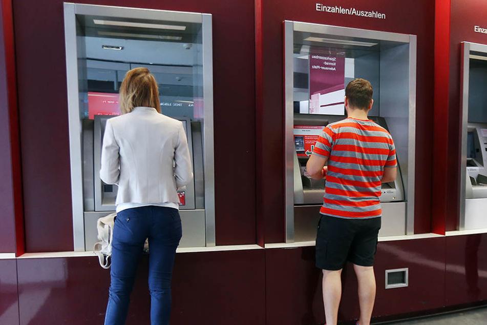 Tagsüber kann weiter wie gewohnt Bargeld abgehoben werden.