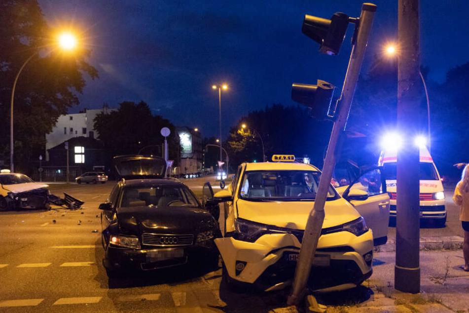 Ein Taxi krachte bei dem Unfall gegen einen Ampelmast.