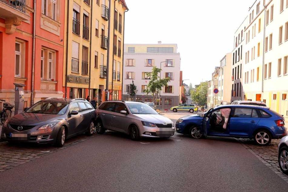 Die beiden Skoda drehten sich, einer knallte dann in einen Mazda, der normal auf der Straße geparkt hatte.