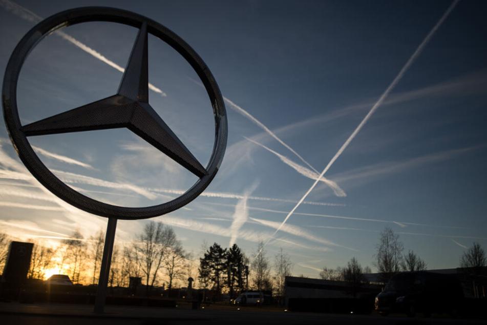 Im Sonnenuntergang steht der Mercedes-Stern.