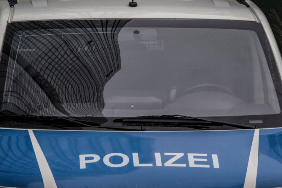 Am Mittwochmorgen durchsuchten Polizisten mehrere Objekte in vier Bundesländern (Symbolbild).