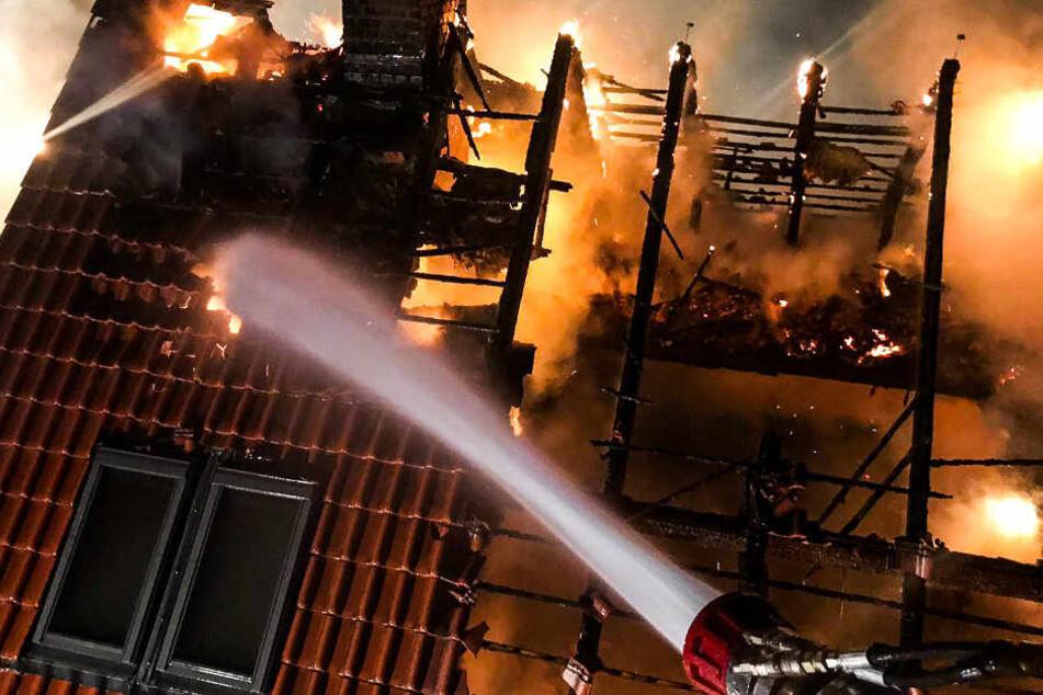 Wasser marsch: Die Feuerwehr bekämpft den Brand.