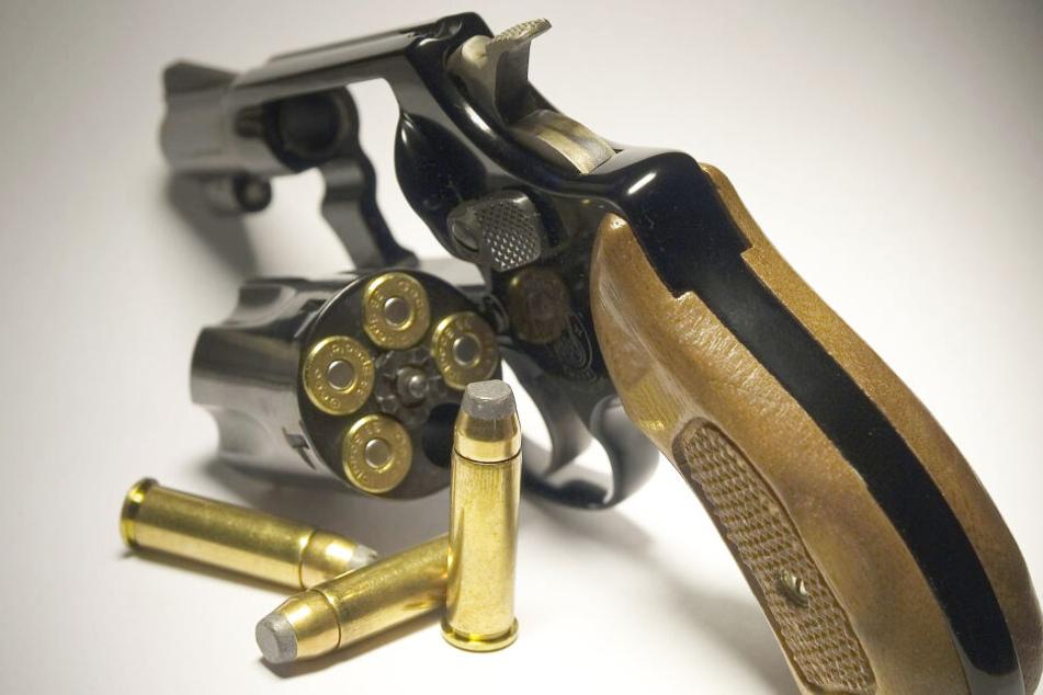 Bei Altenberg klauten Einbrecher einen Revolver und Dutzende Patronen (Symbolbild).