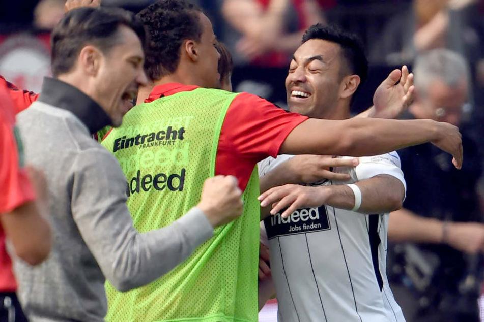 Marco Fabian (rechts) liegen angeblich Angebote aus drei Ländern vor.