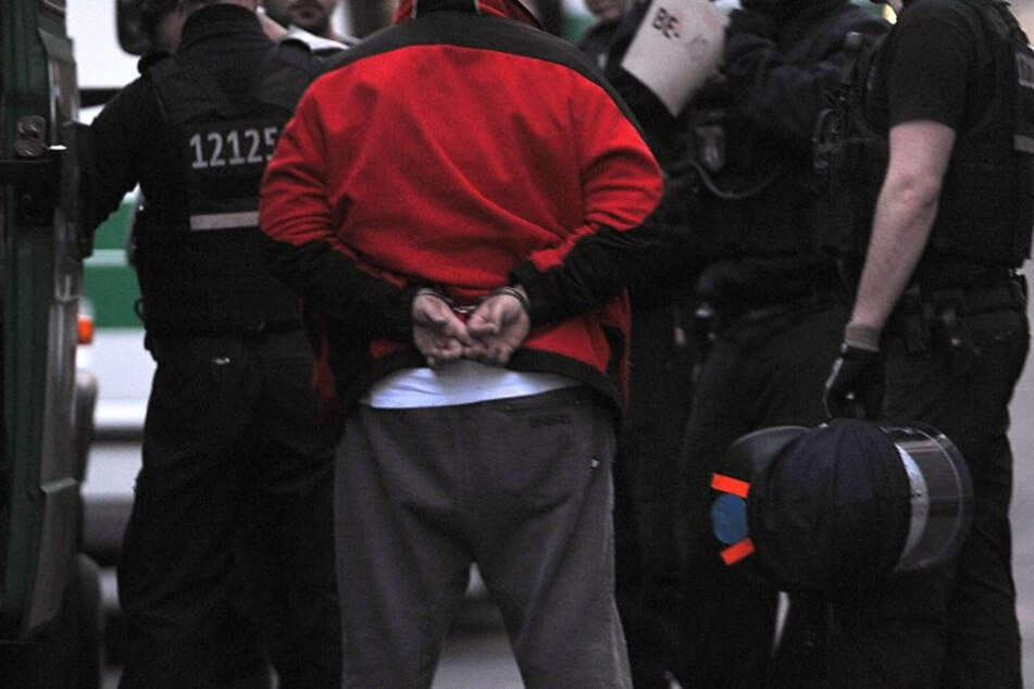 Zwei Polizisten konnten den bewaffneten Mann schließlich überwältigen (Symbolfoto).
