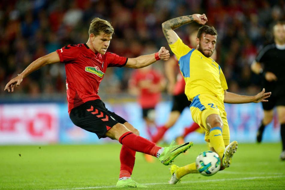 Miha Blazic (r) kämpft mit Freiburgs Niederlechner um den Ball.