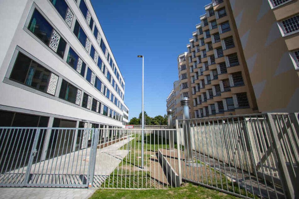 Die Sicherungsverwahrung (l) in der JVA Tegel in Berlin steht neben einem alten Trakt des Gefängnisses. (Archivbild)
