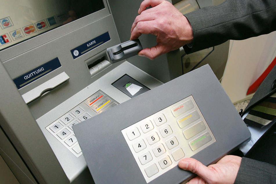 """Ein Bank-Mitarbeiter zeigt eine der """"Skimming""""-Techniken. (Symbolbild)"""